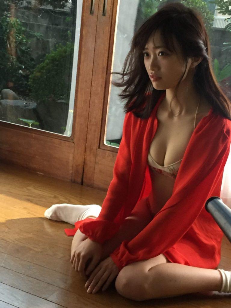 赤い服の中井りかのセクシーグラビア