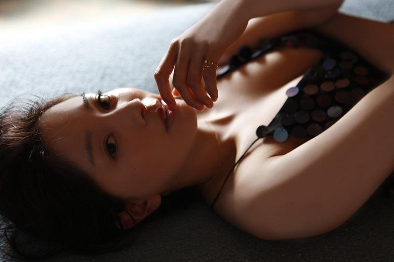 女優・石橋杏奈(25)の黒水着姿がセクシーな写真集が抜けるww【エロ画像】