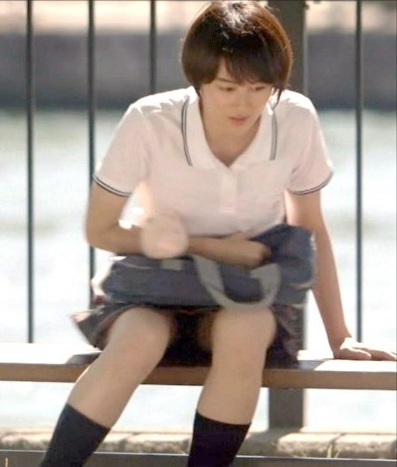高月彩良 (19)JK制服姿で生足パンチラを披露!ww【エロ画像】