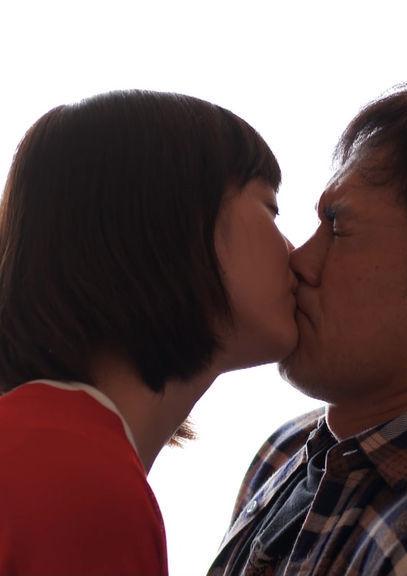 本田翼(25)がおじさんとのキスシーンを披露ww【エロ画像】