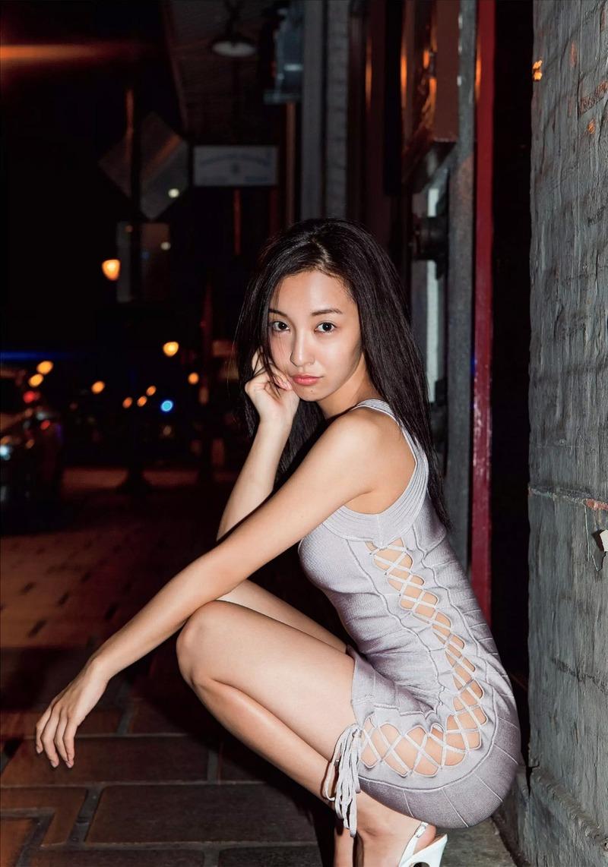 板野友美(26)ともちんの露出狂みたいな写真集グラビアが抜けるww【エロ画像】