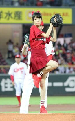 高橋ひかる(17)の始球式のスカート姿がエロいww【エロ画像】