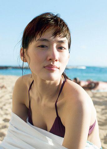 綾瀬はるか(31)最新写真集の胸チラ谷間が相変わらず巨乳でぐうシコww【エロ画像】
