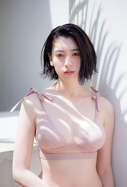 三吉彩花(21)巨乳おっぱいが隠しきれない水着グラビアが抜けるww【エロ画像】