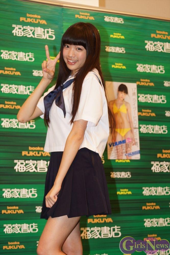 超可愛い志田友美(17)が制服姿で写真集紹介www現役JKの生脚たまらんwww【エロ画像】