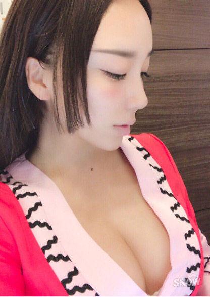 ざわちん(24)ハンコックコスで胸チラおっぱいを披露ww【エロ画像】