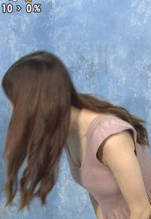 團遥香(25)の屈んで見えたさりげない胸チラがエロいww【エロ画像】