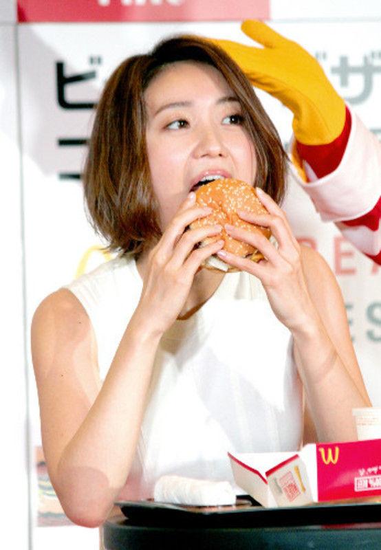 大島優子(28)ハンバーガー食べるフェラ顔がチンポ好きそうで抜けるww【エロ画像】