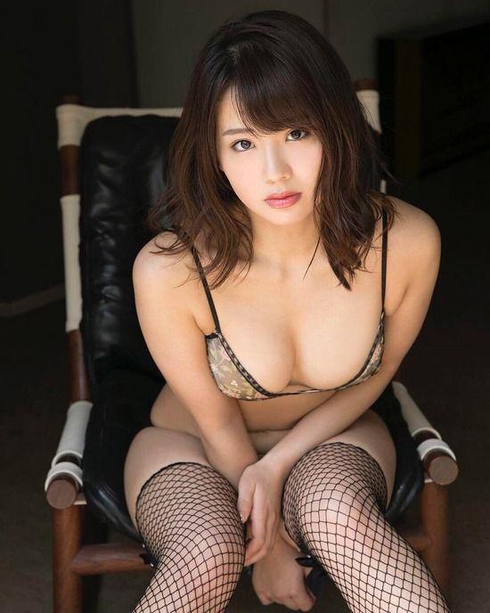 平嶋夏海(26)が網タイツに巨乳谷間がけしからんグラビアがぐうシコww【エロ画像】
