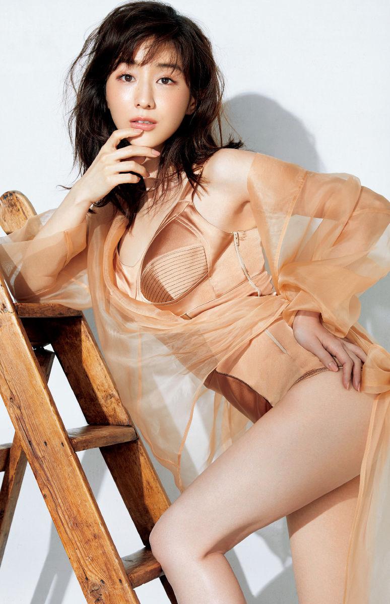 田中みな実(32)が雑誌で下着姿のグラビアを披露ww【エロ画像】