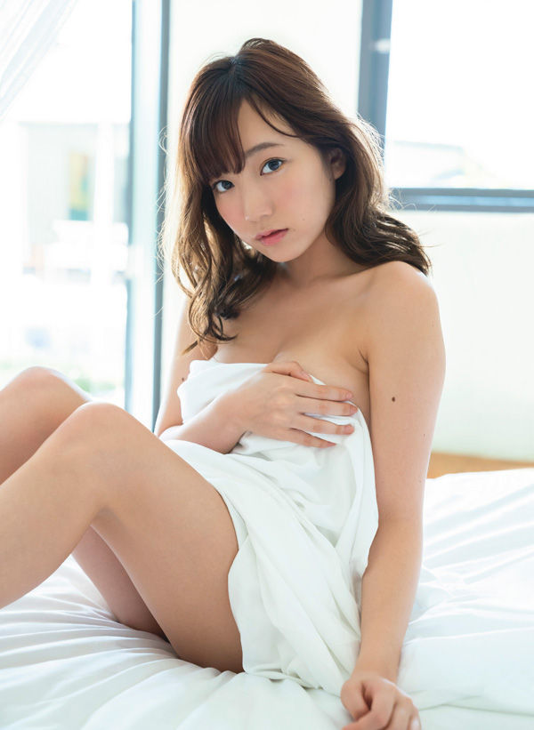 夢アド京佳(18)のセカンド写真集の手ブラ下着姿がぐうシコww【エロ画像】