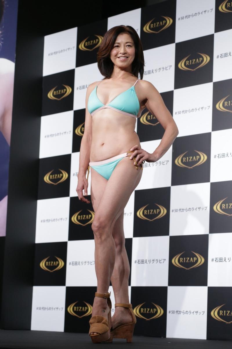 石田えり(56)誰得感が凄いBBAのライザップ水着姿…ww【エロ画像】