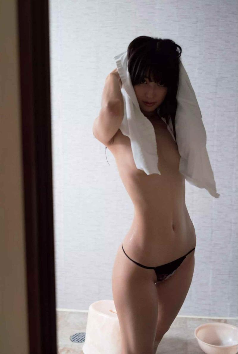川崎あや(27)のノーブラ美乳にくびれが抜けるww【エロ画像】