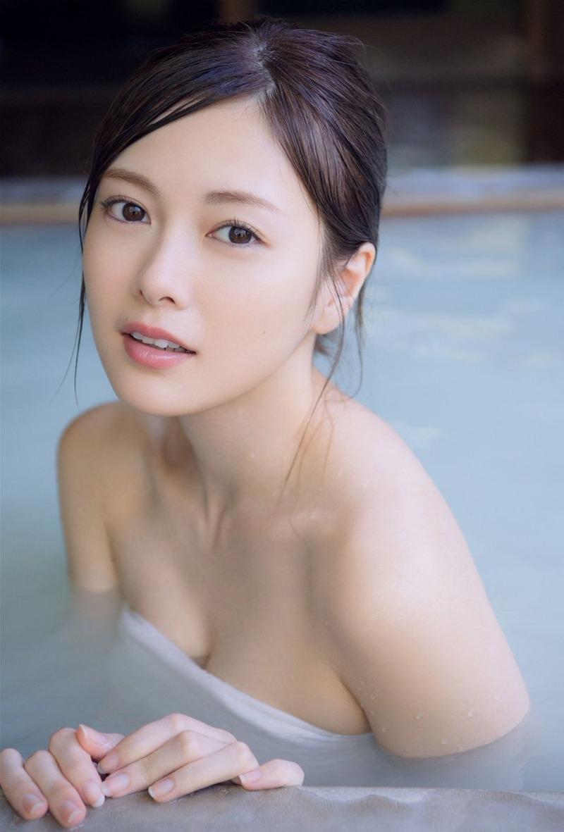 白石麻衣(25)バスタオル一枚の入浴グラビアがぐうシコww【エロ画像】