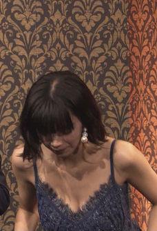 池田エライザ(22)の最新ドレス姿の胸チラおっぱいがエロすぎるww【エロ画像】
