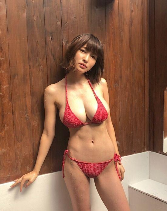 岸明日香(27)のスレンダー巨乳ボディのビキニ姿がぐうシコww【エロ画像】