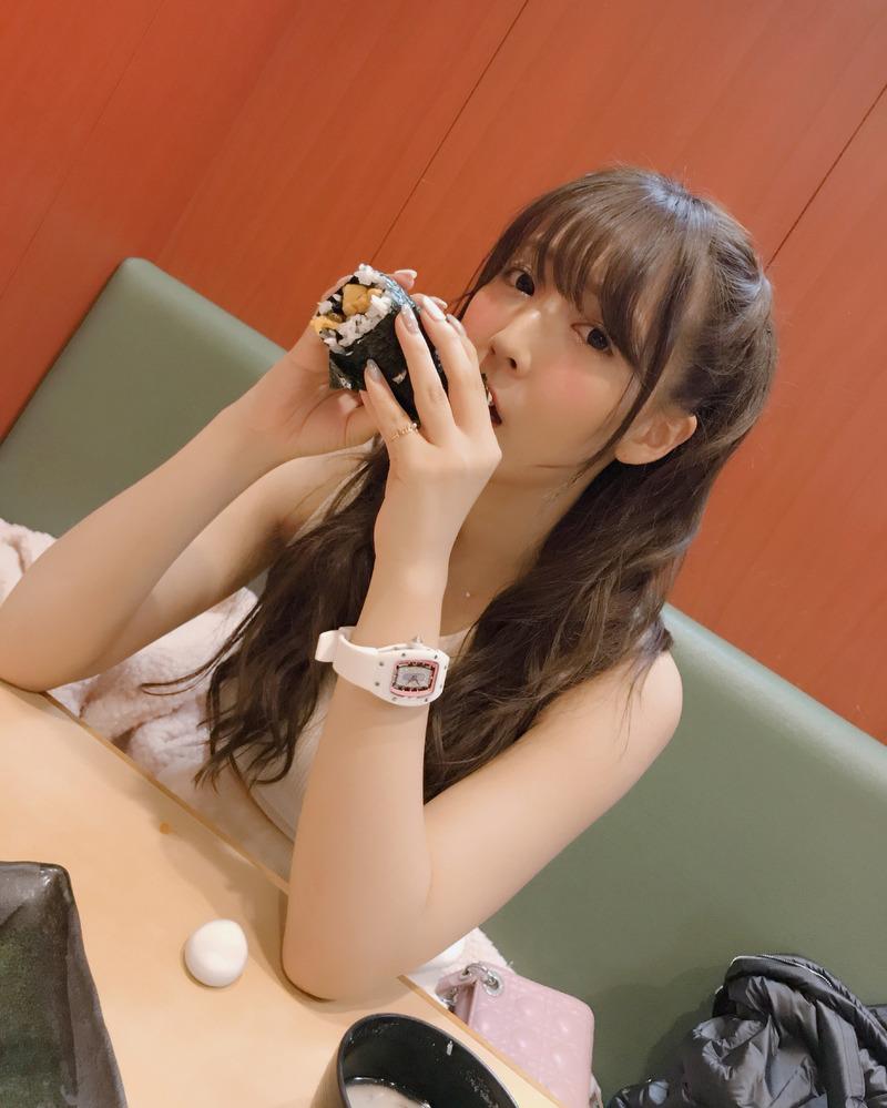 三上悠亜(24)の恵方巻き疑似フェラや自画撮りがエロいww【エロ画像】