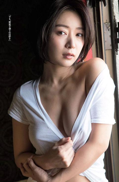階戸瑠李(30)の乳首がエロすぎる過激グラビアww【エロ画像】
