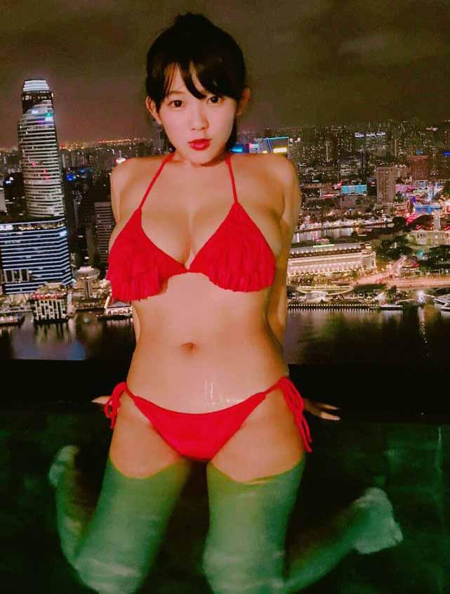 天木じゅん(21)ナイトプールで爆乳Iカップを披露してるぞww【エロ画像】