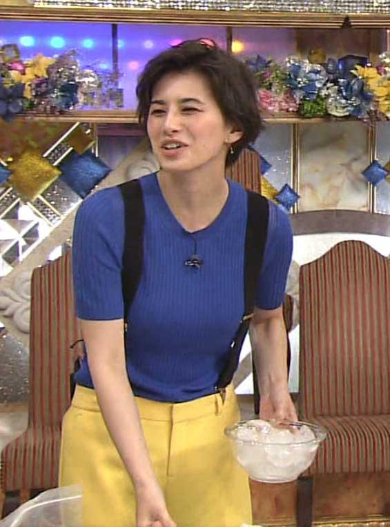 ホラン千秋(28)サスペンダーで強調された着衣巨乳が抜けるww【エロ画像】