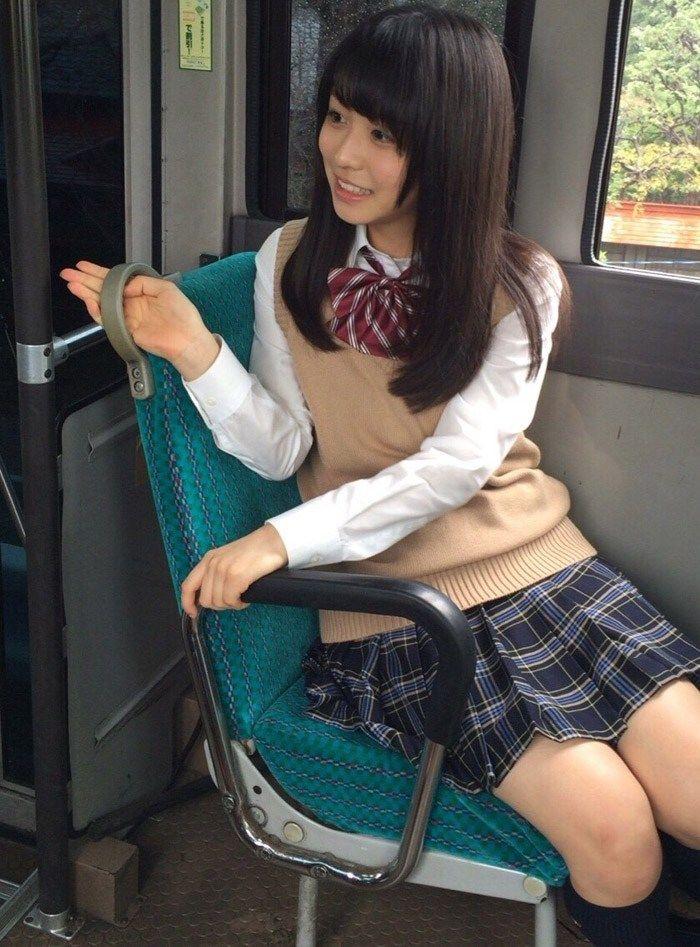欅坂・長濱ねる(17)の太ももがエロい!制服姿でムチムチ太もも大胆披露!