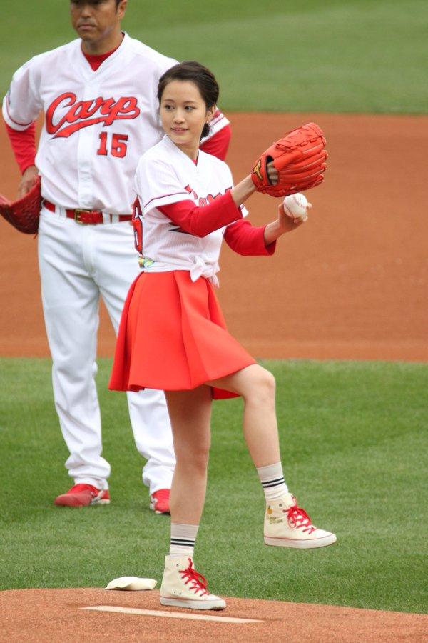 前田敦子(24)のミニスカ始球式がエロい!太ももがたまらん【エロ画像】