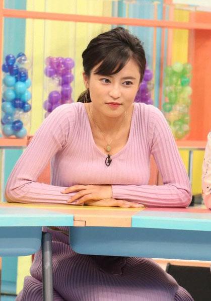 小島瑠璃子(25)の机の上に置いた着衣巨乳がぐうシコww【エロ画像】