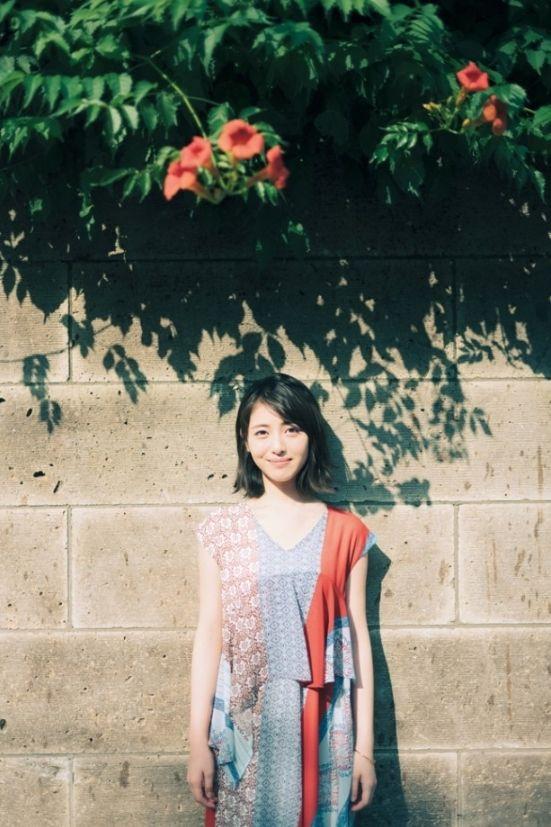 浜辺美波(18)のカレンダーブックのアオザイ姿がエロいww【エロ画像】