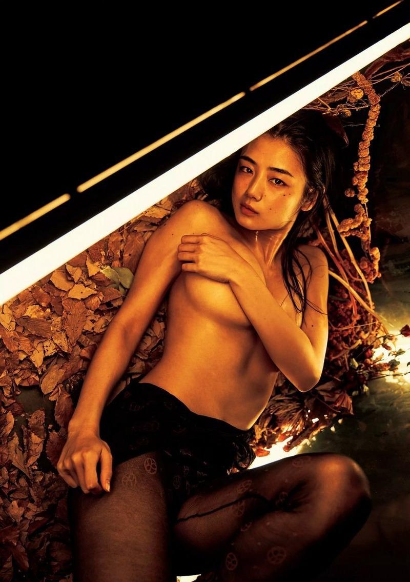 片山萌美(26)ヌード解禁済みで過激な手ブラを余裕で披露wwGカップがけしからんww【エロ画像】