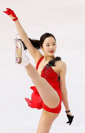 本田真凜(17)の赤い衣装でのパンチラ股間がエロいww【エロ画像】