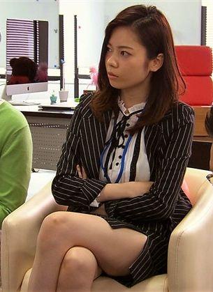 AKB48島崎遥香(22)卒業間近にすげえOLスーツ姿の美脚生足で付け根まで見えそうでクッソエロいww【エロ画像】