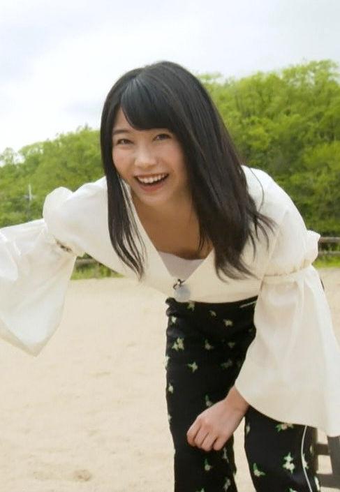 横山由依(25)のさり気ない胸チラが抜けるwwww【エロ画像】
