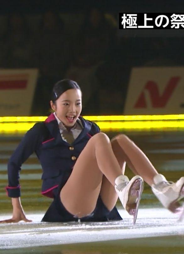本田真凜(15)お股大開脚にCAコスでけしからん!ロリコン受け抜群!完全に大人の女の顔しててエロいww【エロ画像】