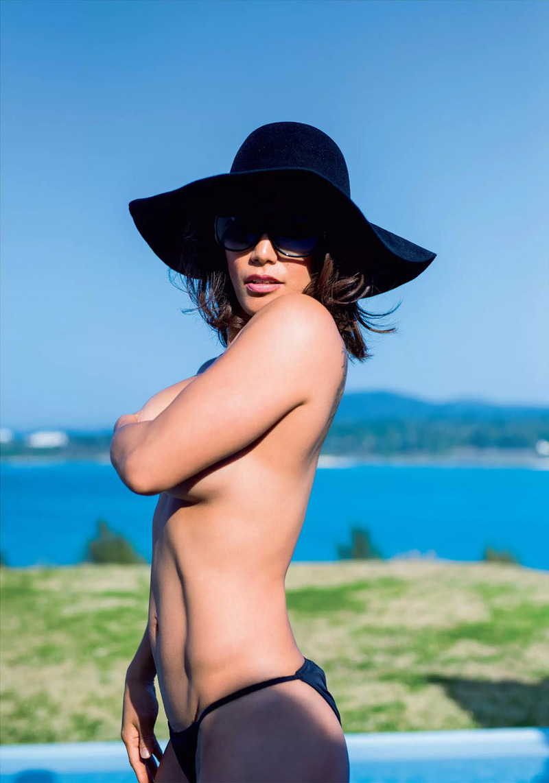 山本美憂(42)セミヌード写真集の追加カットがなんともたくましい…ww【エロ画像】