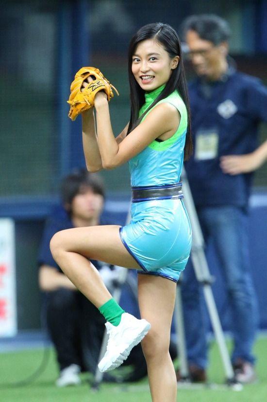 小島瑠璃子(24)の露出度高めの生足始球式がくっそエロいww【エロ画像】