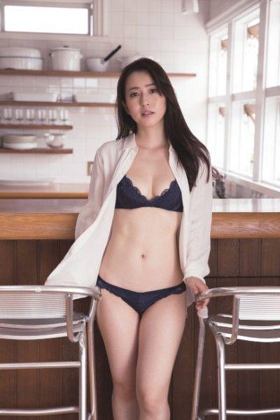 薄井しお里(28)の元女子アナの水着グラビアがエロいww【エロ画像】