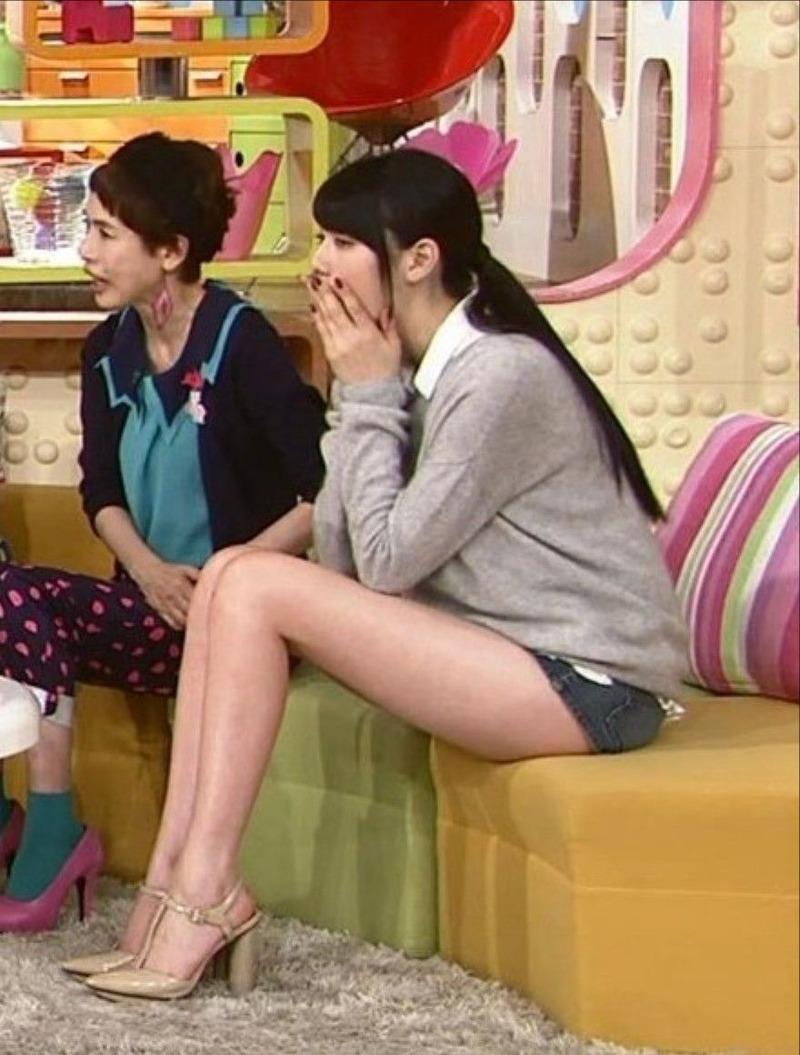 モデル・三吉彩花(18)がメレンゲの気持ちで色白スレンダー太もも披露wwwほとんど尻見えてるじゃねえかwww【エロ画像】