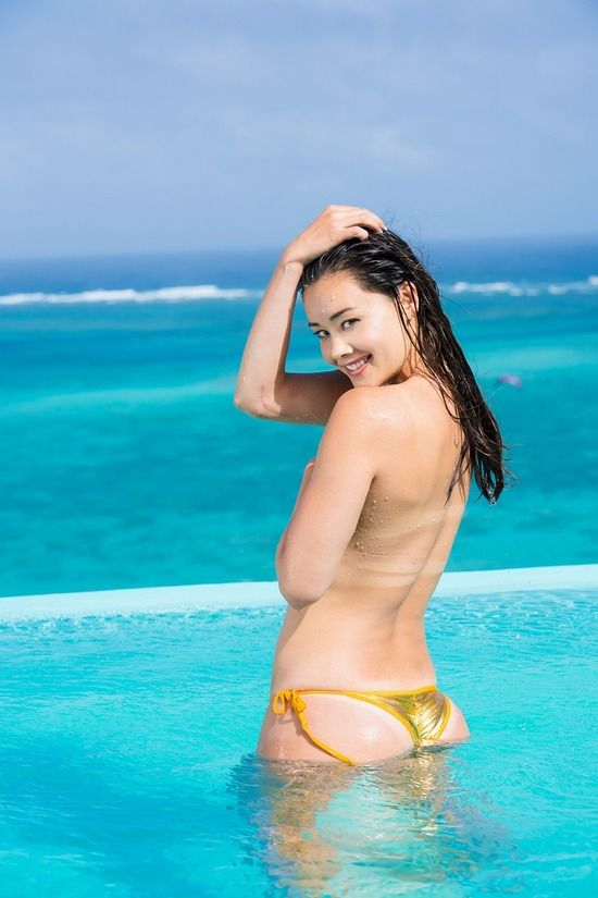 真珠・野沢オークレア(25)の手ブラセクシーTバック水着が抜けるww【エロ画像】