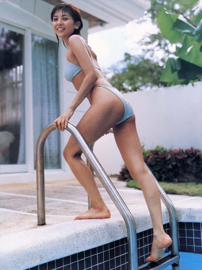 女優・白石美帆(37)が綾部と濃厚ディープキス!ムチムチ太もも、お尻、おっぱいの水着画像あり
