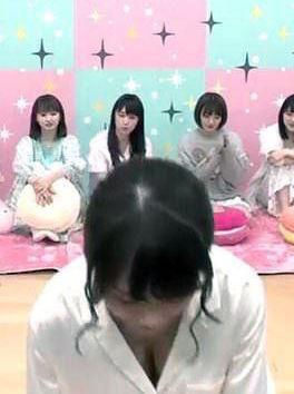 秋元真夏(24)のがっつり胸チラしてるキャプがぐうシコww【エロ画像】