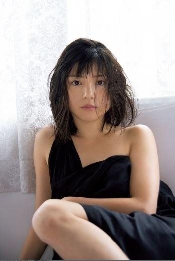 川島海荷(25)の最新グラビアの胸元がセクシーでエロいww【エロ画像】