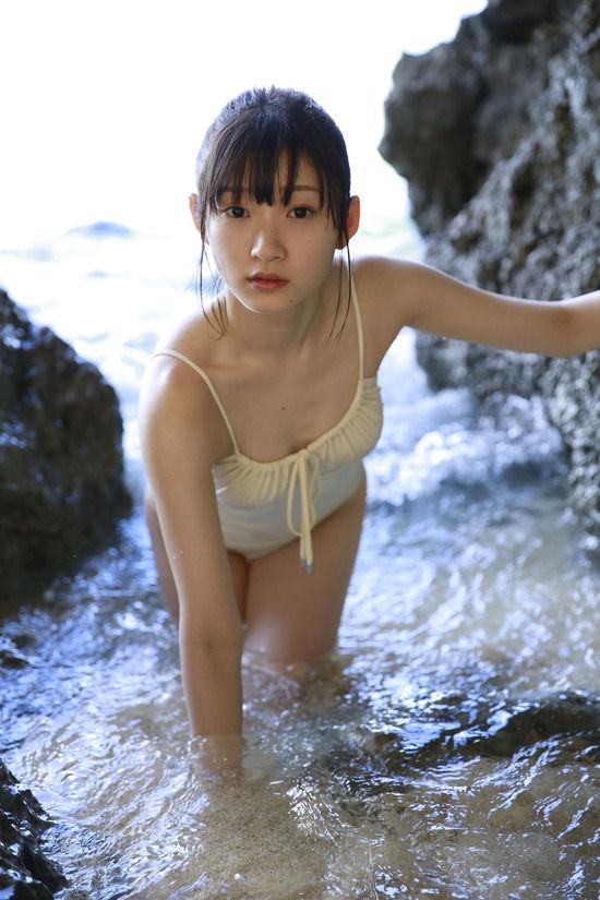 宮本佳林(19)のちっぱいスレンダーボディの水着姿がエロいww【エロ画像】