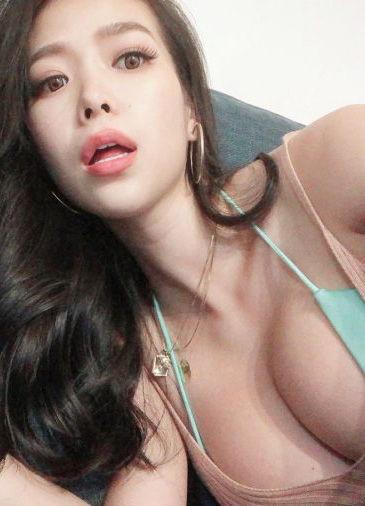 紅蘭(28)が妊娠してもおっぱいの谷間をインスタで露出ww【エロ画像】