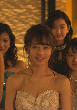 伊藤萌々香(21)のキャバ嬢姿の胸チラ谷間がエロいww【エロ画像】