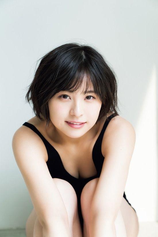 AKB48チーム8佐藤栞(20)の胸チラ谷間が拝める初水着グラビアww【エロ画像】