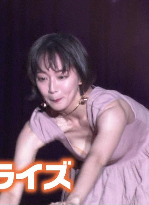吉岡里帆(25)胸チラおっぱい見せつけランウェイがぐうシコww【エロ画像】