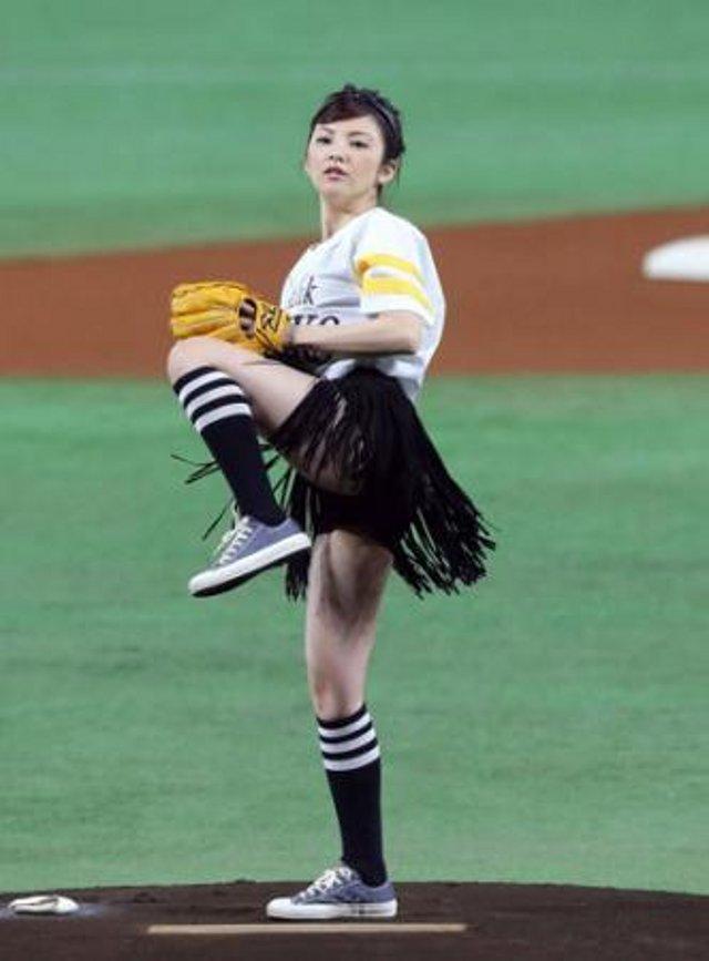 女優・田中麗奈(34)がミニスカ太もも始球式www色白の美脚にフルボッキ【エロ画像】