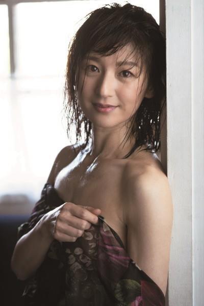 高橋靖子(51)の吉本新喜劇の美熟女のセミヌードグラビアww【エロ画像】