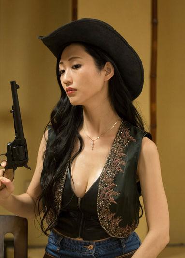 壇蜜(36)カウガールコスプレで胸チラミニスカ姿を披露ww【エロ画像】