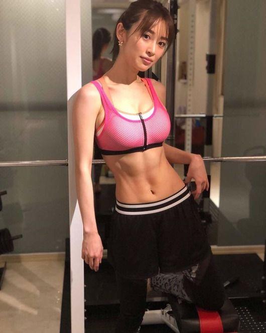 泉里香(30)の腹筋バキバキインスタ写真がエロいww【エロ画像】